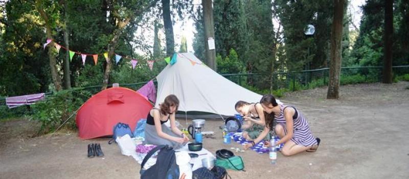 Il Camping: estensione: 50.000 mq,terreno a terrazzeombreggiato con alberi di alto fusto (Cipressi, pini, querce)piazzole prenotabili,parcheggio auto in piazzolan° 120 prese corrente (5 Ampere)...