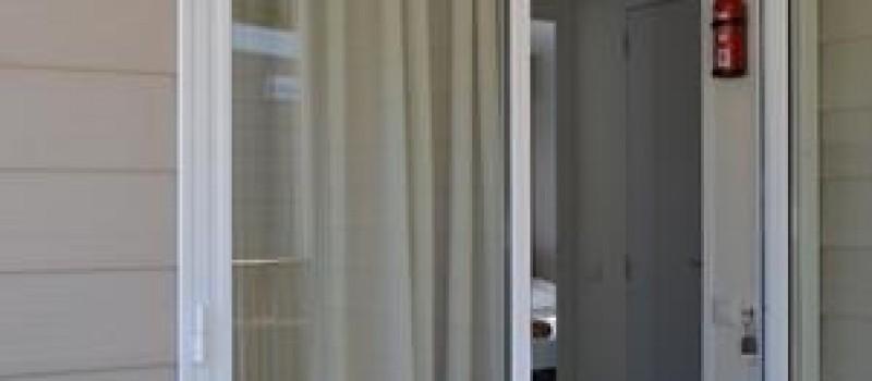 Mobilhome 1/5 persone. Soggiorno con divano letto,angolo cottura. Camera con letto matrimoniale, camera con due letti singoli, bagno con doccia e bidet,anche per disabili. Biancheria da bagno e da...