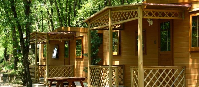 Mobilhome Nybo (4 - 5 posti): una camera matrimoniale e una camera con due letti singoli. Soggiorno con angolo cottura, frigorifero, bagno con doccia e wc.Su richiesta 5° letto...