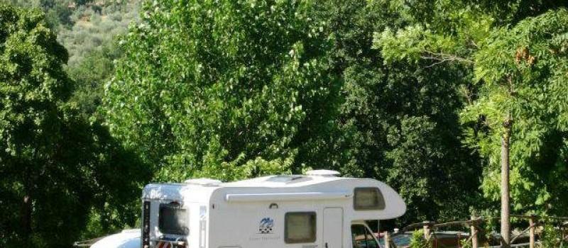 Estensione campeggio 60.000 m2. Terreno erboso, pianeggiante a terrazzeBuona parte ombreggiata con alberi di alto e medio fusto (ulivi, acacie, querce, pini, pioppi)Piazzole non...